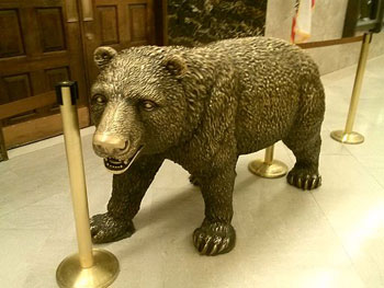 Bronze bear statue at the entrance to the California Governor's Office, courtesy of Wikipedia Commons